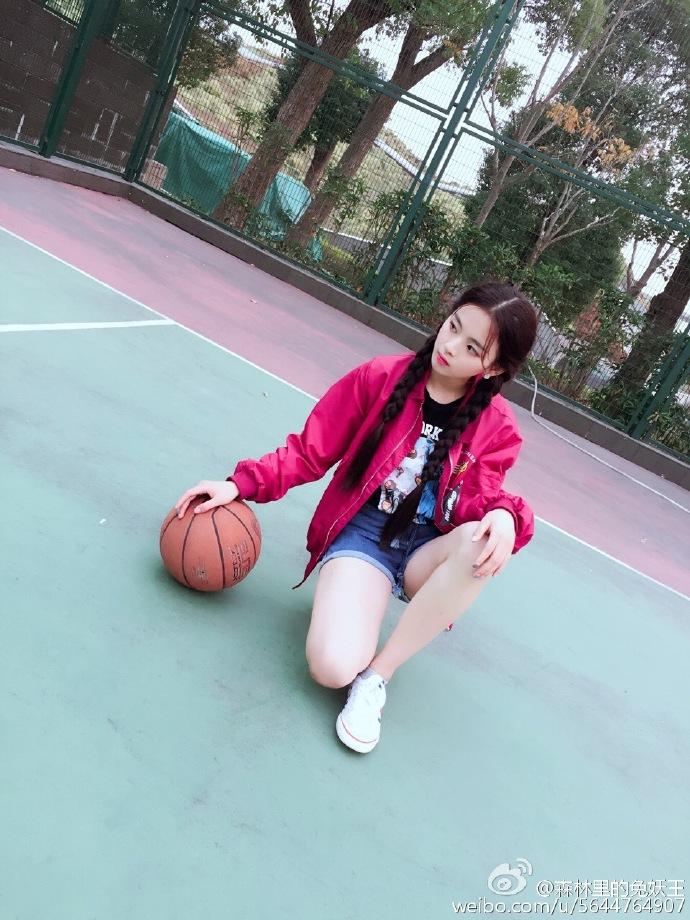 杨超越早期图片:篮球场上的红衣杨超越图片【2016-12-12】