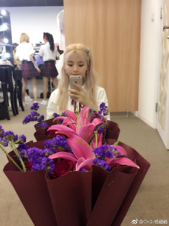 杨超越收到粉丝送的花花图片【2017-4-22】