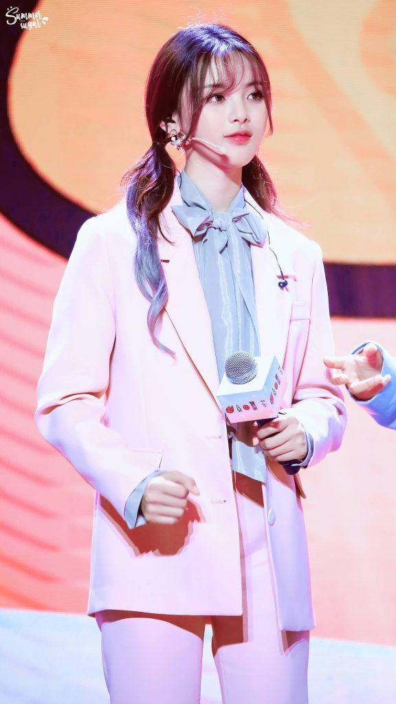 粉色小西装的杨超越美图【2018年12月22日飞行见面会】