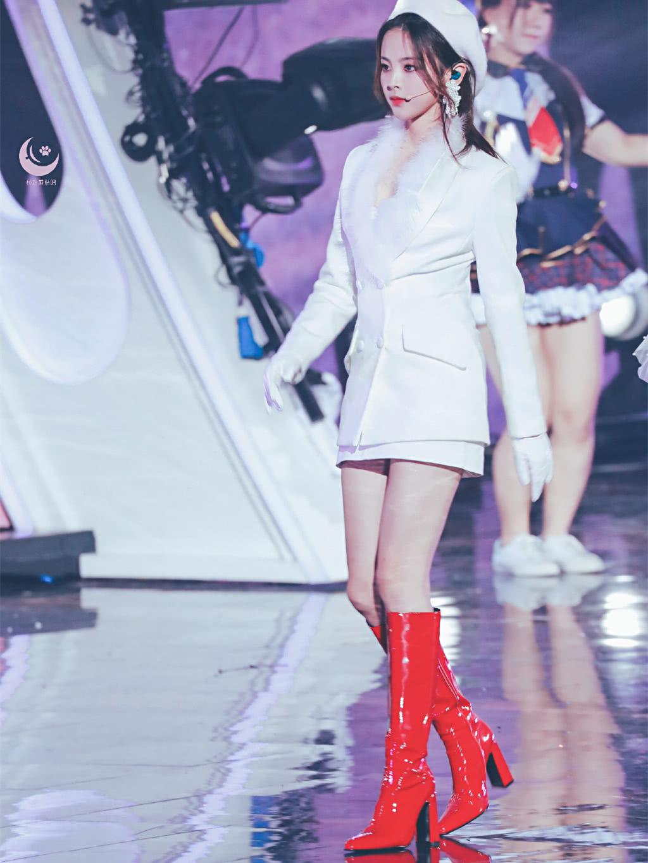 杨超越贝雷帽造型上线,配白西装这么仙,网友却要求换双鞋?