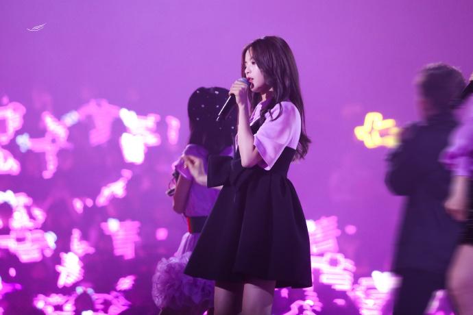火箭少女101上海演唱会上的杨超越美图九张