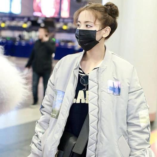 杨超越扎丸子头现身,带着口罩都觉得完美,网友:这造型太可爱了