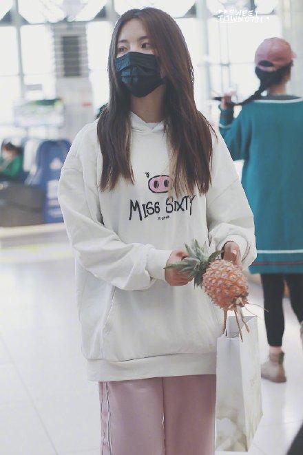 杨超越徒手抓菠萝,网友:不扎手么?