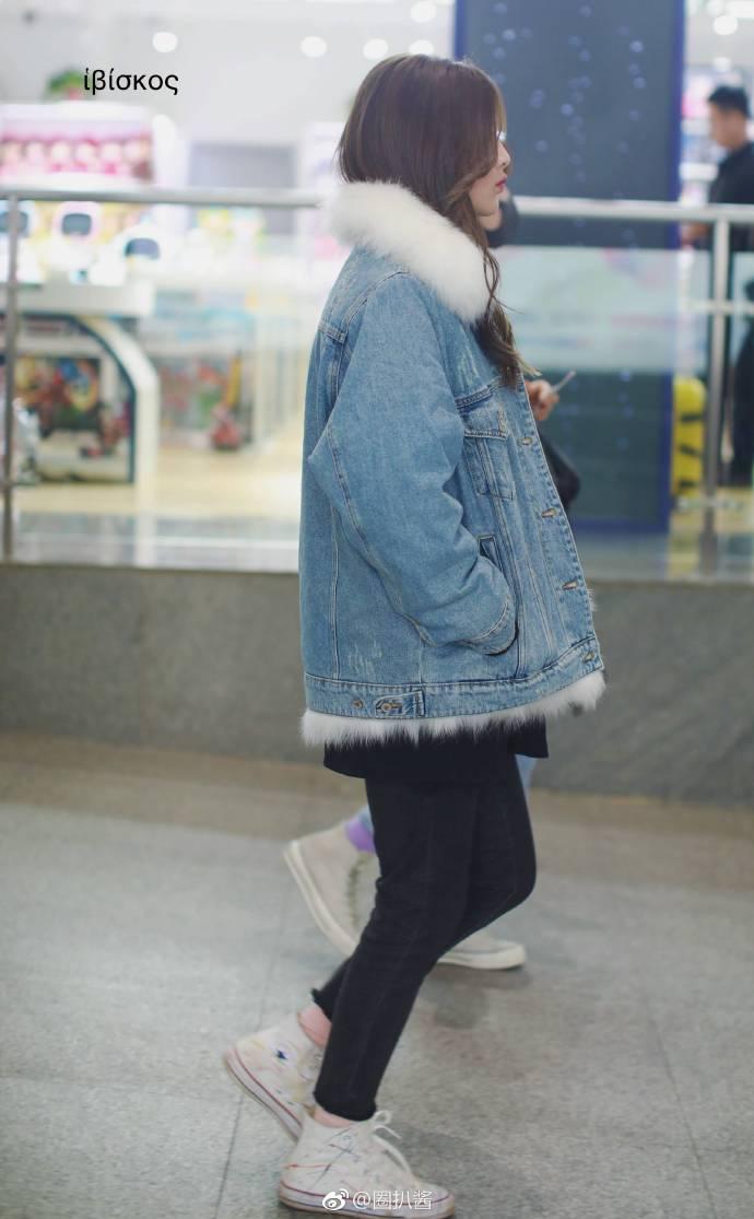 杨超越西安机场饭拍图