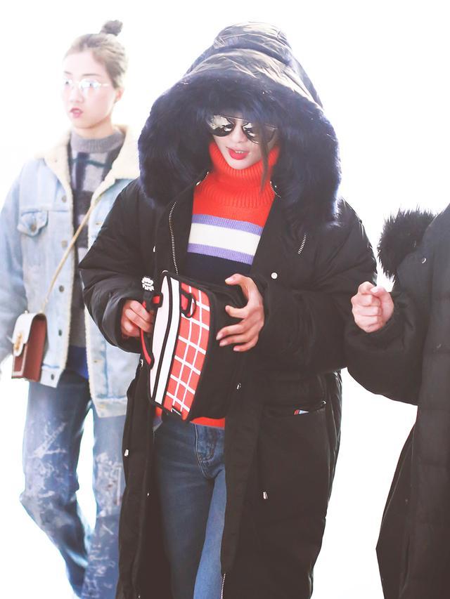 谁说杨超越胖了,这么紧的牛仔裤也能穿的下,身材扛得住!