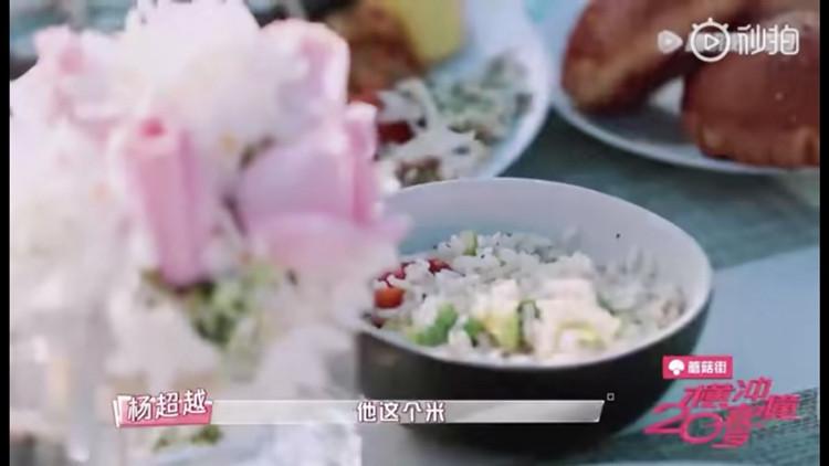 杨超越崩溃大哭要米饭和辣酱,晒自黑照回应称不是靠颜值