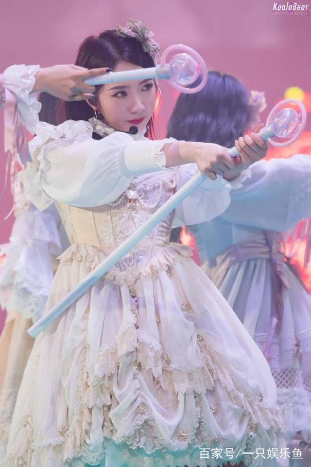 火箭少女演唱会:杨超越撞脸鞠婧祎,美岐全程光脚的原因让人心痛