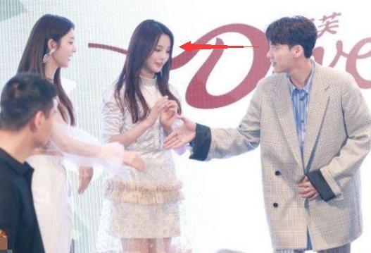 杨超越有多大魅力?李易峰曾与傅菁握手,视线却没从村花身上移开