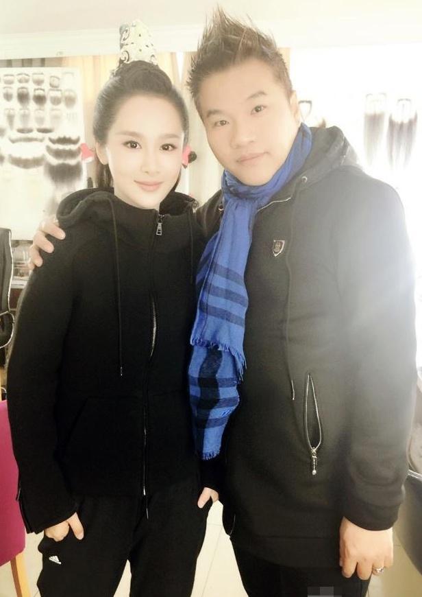 """杨超越造型师被骂惨,和女星合影""""占便宜"""",网友:肥猪手滚开!"""