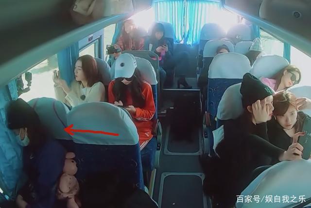 """团宠杨超越被""""孤立"""",上车最早却没有人跟她坐,小""""作""""怡情"""