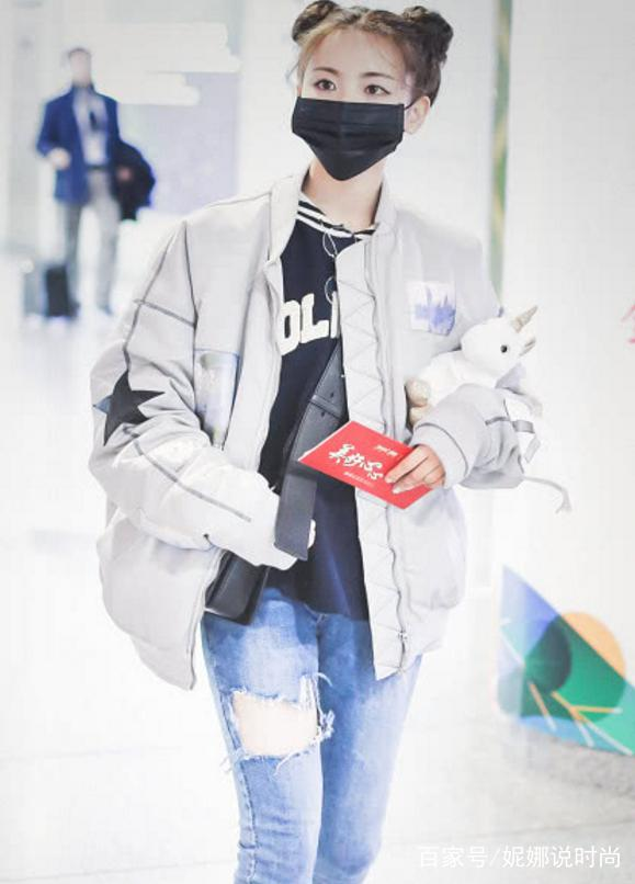 杨超越现身机场太吸晴,男士外套配两个丸子头,个性又减龄