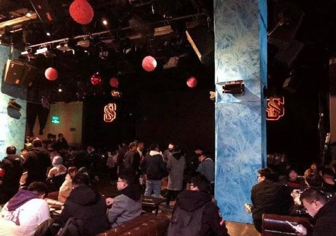 现场感受下杨超越火箭少女演唱会男饭的巨型应援棒