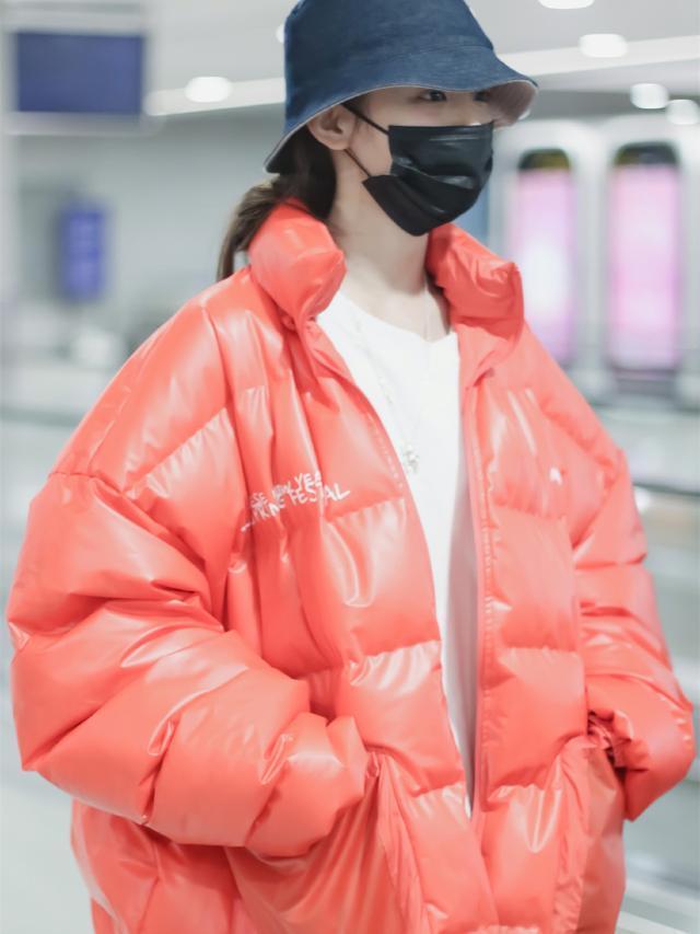 杨超越机场造型爱红色,羽绒服撞衫运动衫,风格差距却这么大?