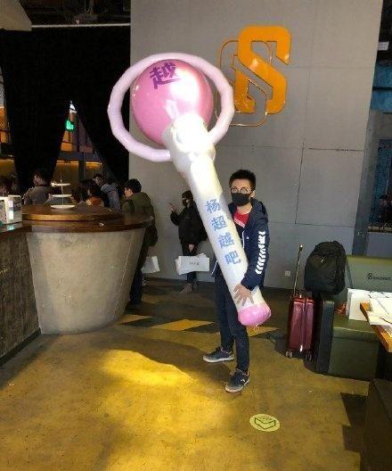 火箭少女演唱会:吴宣仪凳子舞撩人,杨超越男粉巨型应援棒吸睛