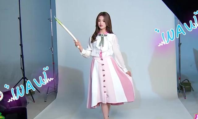 杨超越拍摄海报,请注意看她手里拿着的东西,网友:太搞笑了!