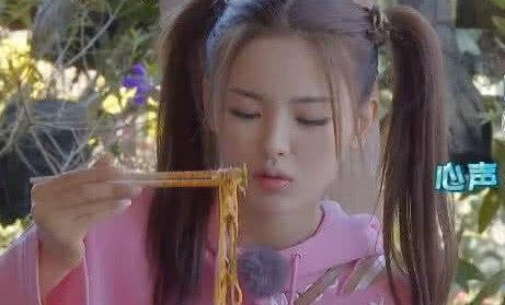 《哈哈农夫》杨超越大口吃粉时,谁注意到她的坐姿?太接地气了!