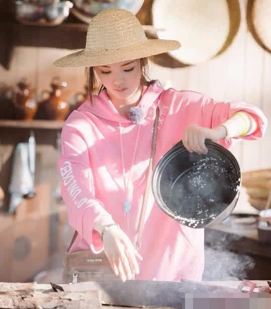 杨超越在土灶台掌勺成主厨,变身农村小妇女,网友:果然是村花!