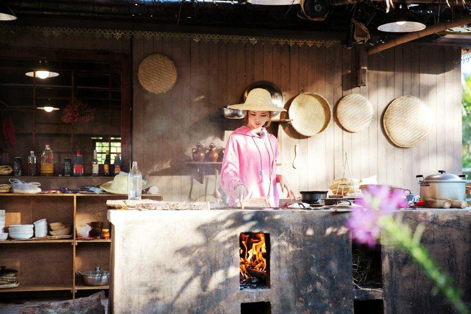 杨超越用农村土灶做饭,举手投足间颇有女神范,简直最美小厨娘!