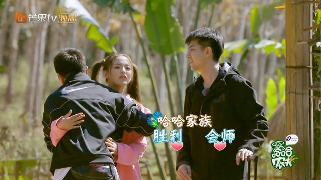 贾乃亮初见杨超越就热情拥抱,超越害羞了,亮亮手放的位置很绅士