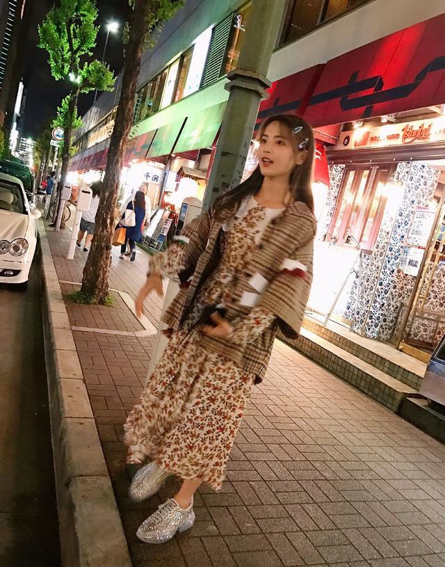 """杨超越的""""泫雅风""""太少女了!格纹外套搭配碎花裙,俏皮又应景"""