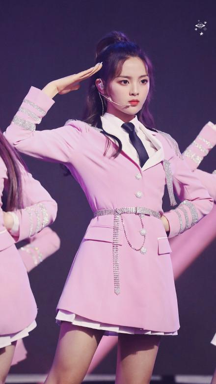 火箭少女101成团一周年舞台上的杨超越美图(2)