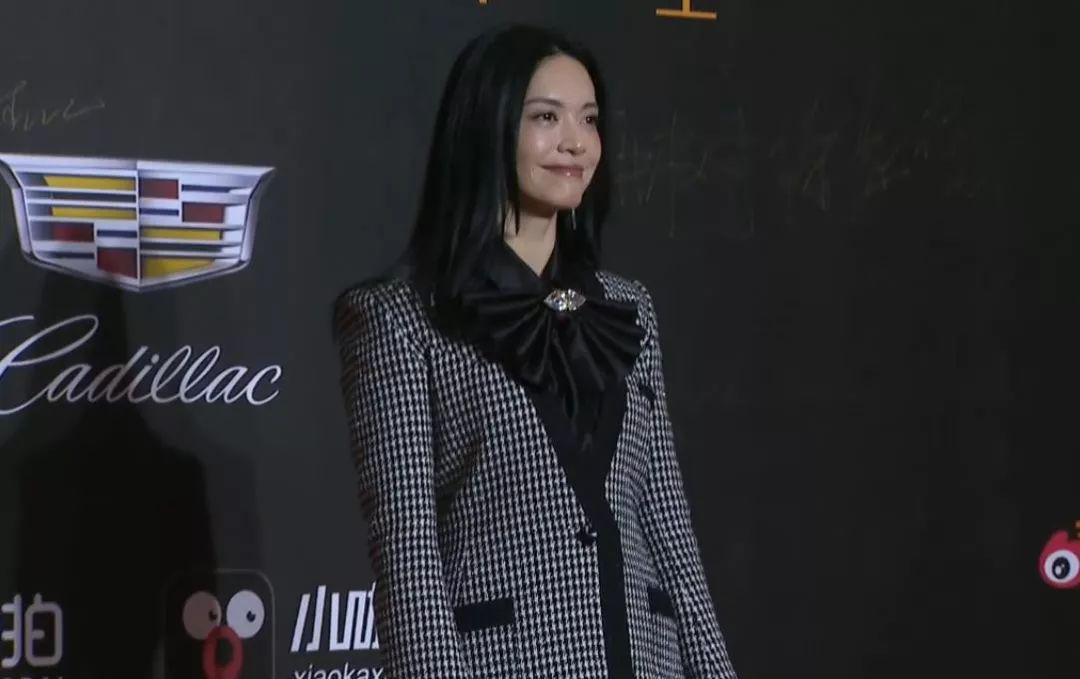 微博之夜女星再比美,杨超越造型回春佟丽娅堪称仙女,她发福明显