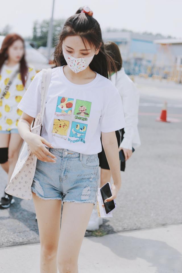 """杨超越走机场,穿成""""漫画少女"""",尽显活泼与娇俏"""