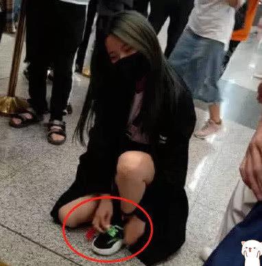 """杨超越千元鞋子被踩脏,脱口而出""""3字""""暴露素质,本性藏不住了"""