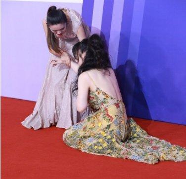 众女星亮相红毯:柳岩摔倒手护胸,杨超越小卷毛风情万种