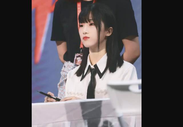 火箭少女101成团周年 #杨超越哭了#,yamy齐刘海超可爱?孟美岐气场消失?