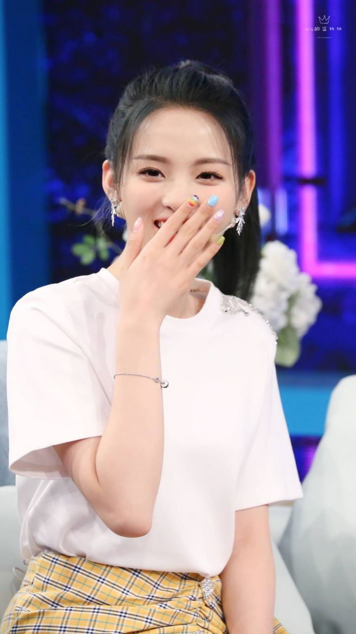 如何看待杨超越等火箭少女在6月8日明星访谈类综艺《非常静距离》预告片上的表现?