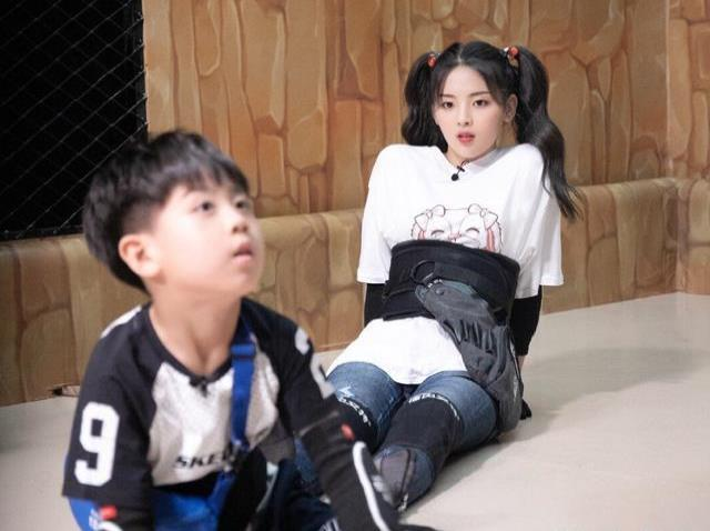 杨超越新综艺来袭,与小朋友有趣互动,双马尾造型嫩出少女感