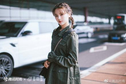 腾讯时尚:杨超越作为miumiu官方唯一受邀中国艺人出席巴黎时装周