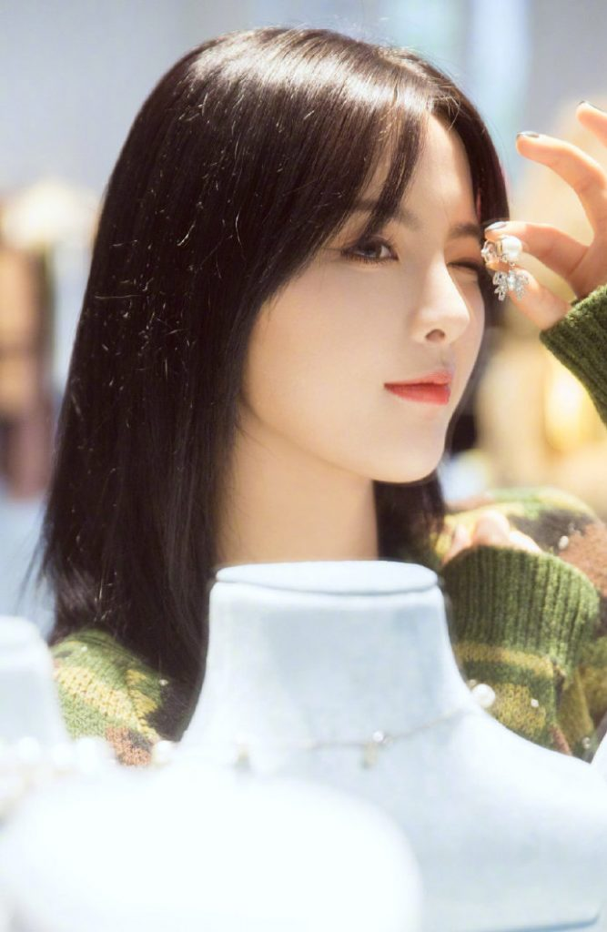 杨超越参加巴黎时装周,身穿迷彩针织衫在miumiu巴黎总店中选购衣服