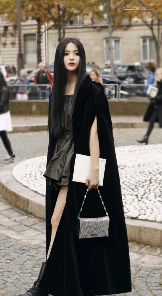 杨超越一身黑色化身黑暗公主,超酷造型展示多变风格