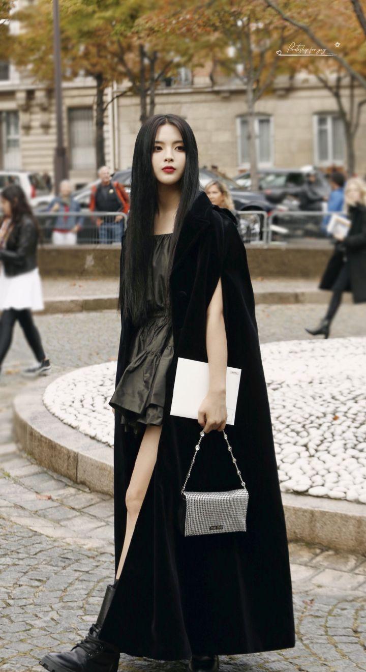 如何评价杨超越在miumiu2020春夏巴黎时装周的看秀造型?插图