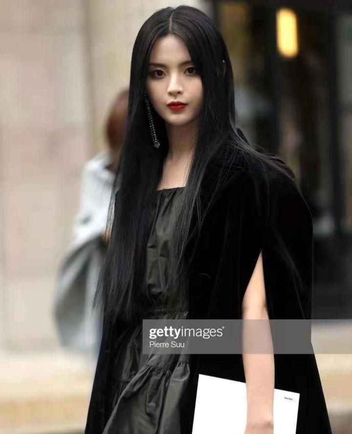 如何评价杨超越在miumiu2020春夏巴黎时装周的看秀造型?插图(4)