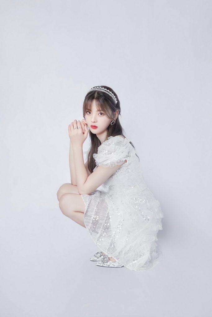 《心动的信号2》中杨超越亮片白裙造型