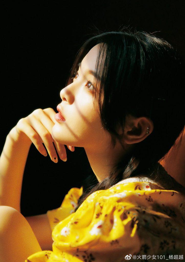 小黄花卡通_杨超越miumiu黄色碎花裙美图【4P】-超越守护者