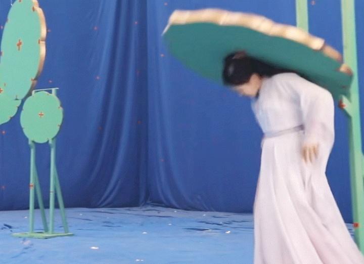 如何看待杨超越片场拍戏时要助理帮忙扔用过的纸,被场外拍摄并有大量微博娱乐号转发?插图6