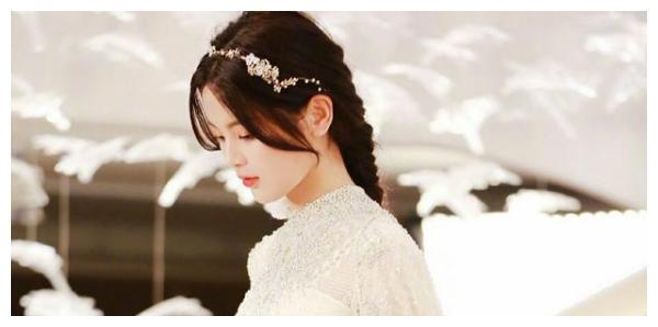 火箭少女婚纱照上热搜,杨超越控评全靠路人,她的路人缘变好了?