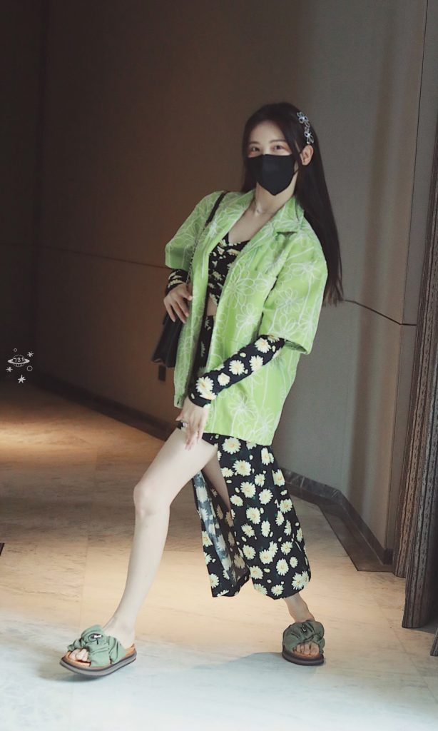 调皮的绿衣杨超越还露了个大腿【9P】