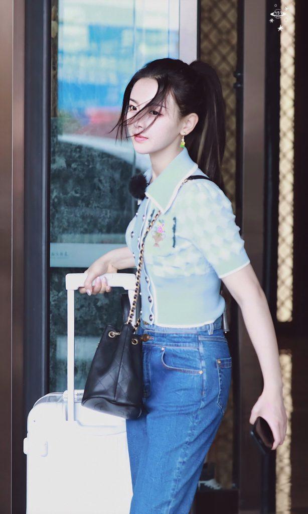 杨超越到岳阳参加《中餐厅》拍摄路透照片【4P】