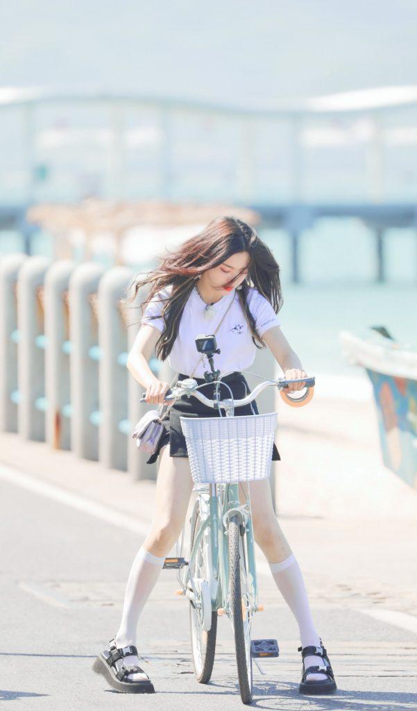 三亚西岛热带阳光下的杨超越骑自行车【6P】