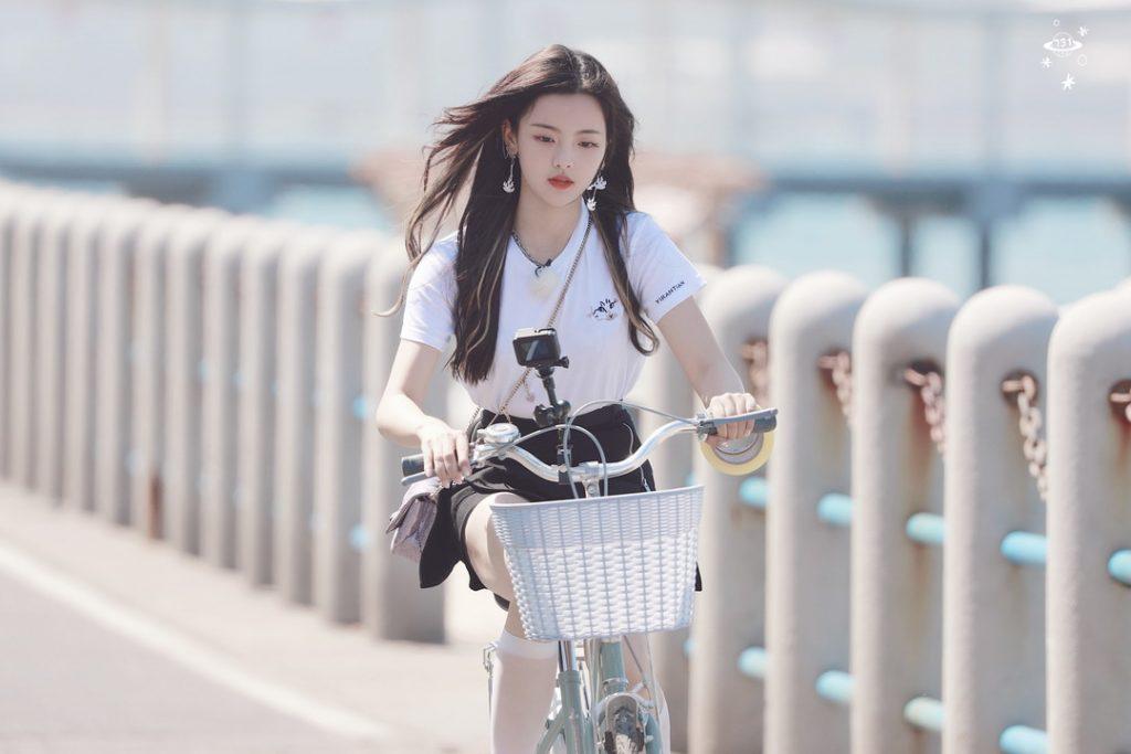 在《完美的夏天》中骑自行车的杨超越【9P】
