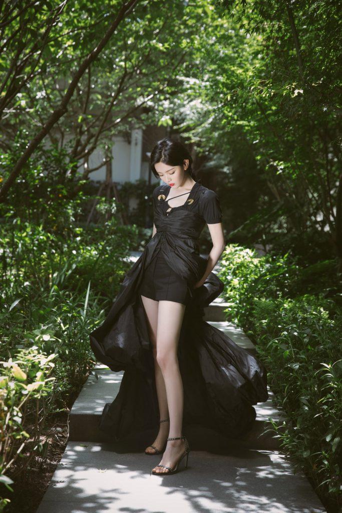 【2020.08.02】腾讯视频年度发布会上杨超越黑色降落伞裙造型【5P】